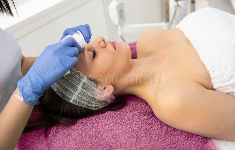 Конец-вверх молодой женщины получая процедуры спа на салоне красоты стоковые фотографии rf