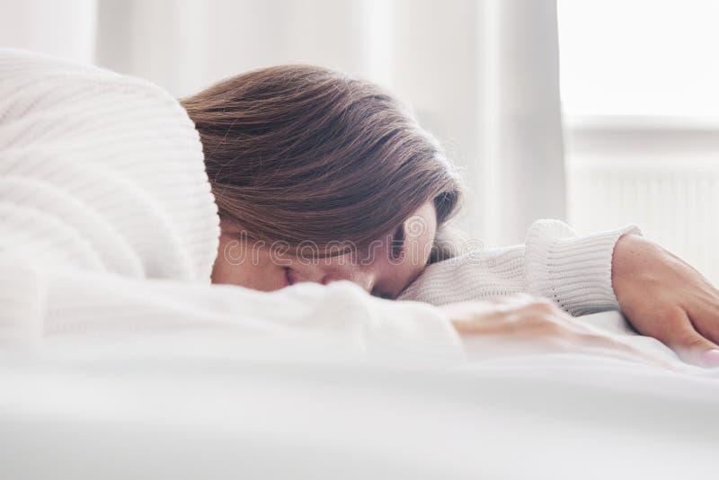 Конец вверх молодой красивой женщины спит в кровати отмелом DOF стоковые изображения rf