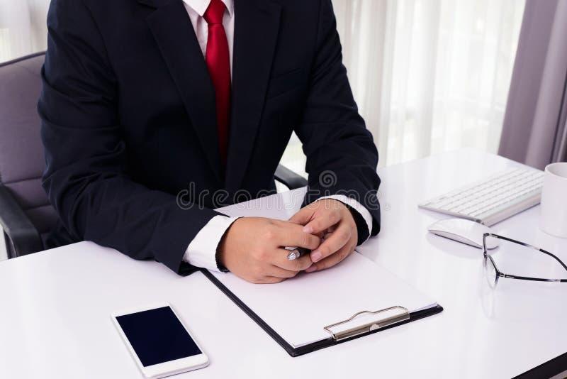 Конец-вверх мужских рук с ручкой над документом стоковое фото rf