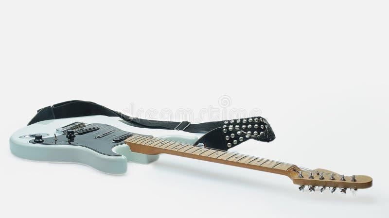 Конец-вверх мягкой ткани и черно-белой электрической гитары белизна изолированная предпосылкой Фото с космосом экземпляра стоковое фото rf