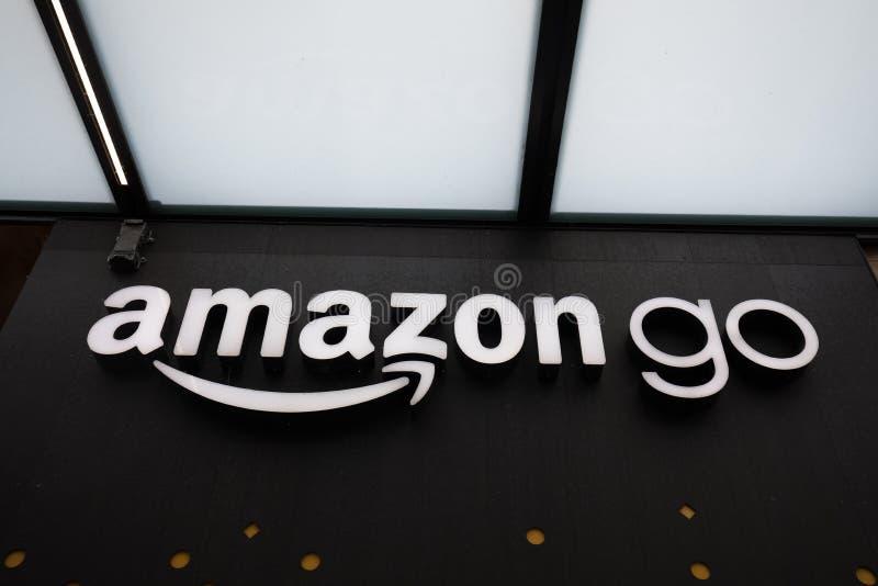 Конец вверх на Амазонке идет знак магазина на городские штабы Сиэтл Амазонки стоковое фото
