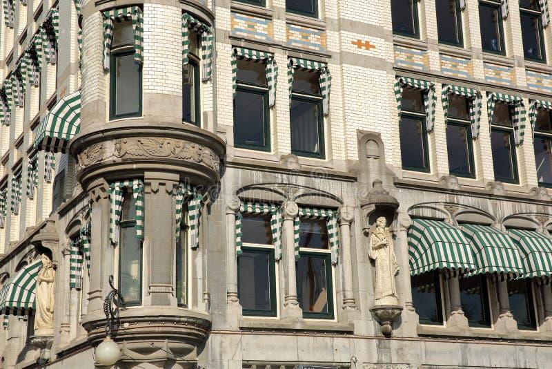 Конец-вверх на Белом Доме Witte Huis, здании Nouveau искусства историческом, с деталями и резным изображением стоковые фотографии rf