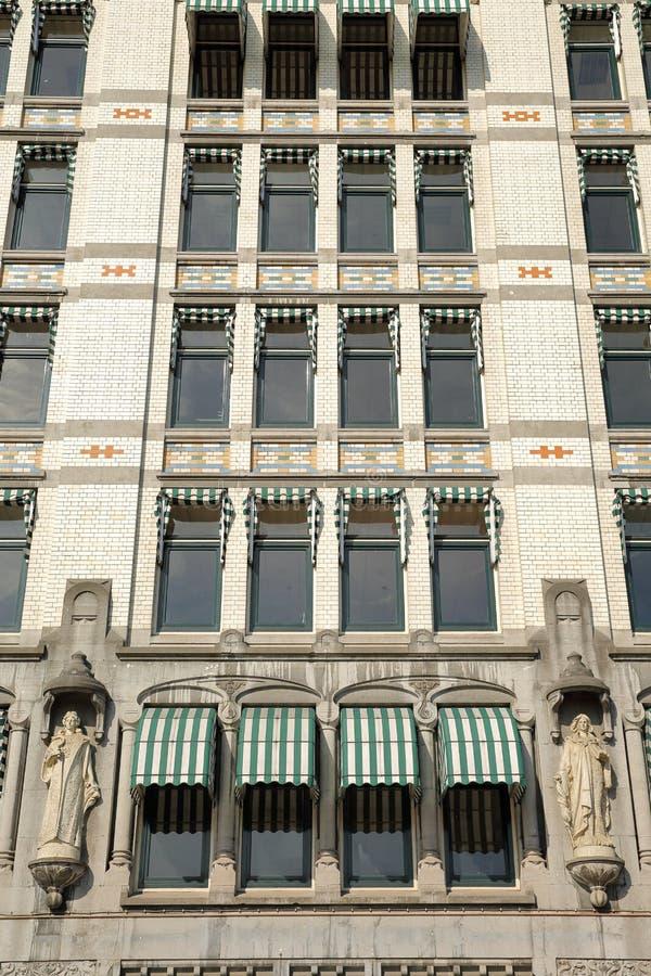 Конец-вверх на Белом Доме Witte Huis, здании Nouveau искусства историческом, с деталями и резным изображением стоковая фотография