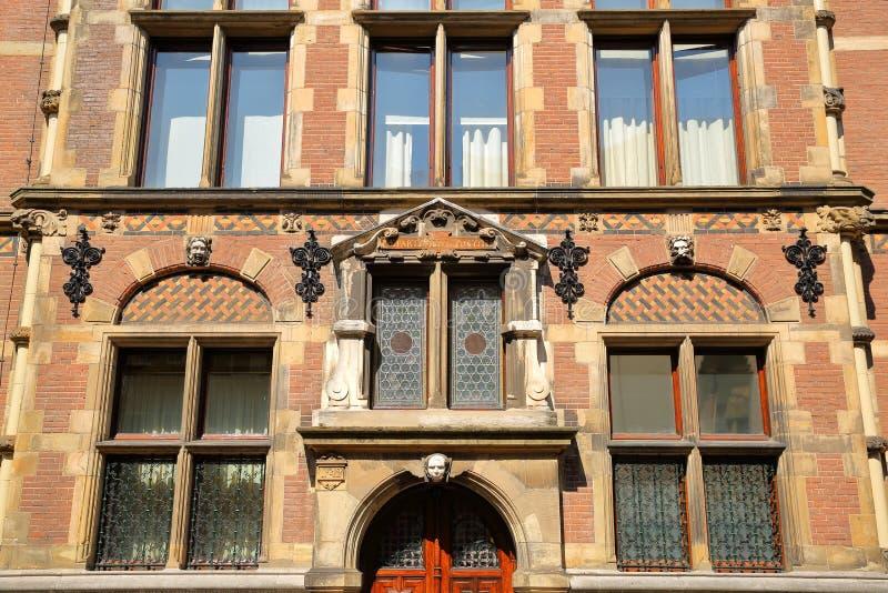 Конец-вверх на внешнем фасаде старого министерства правосудия построенного между 1876 и 1883, размещенный на квадрате Plein стоковые изображения rf
