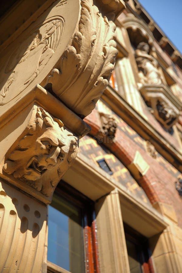 Конец-вверх на внешнем фасаде старого министерства правосудия построенного между 1876 и 1883, размещенный на квадрате Plein стоковое фото rf