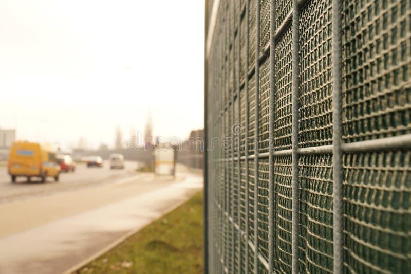 Конец-вверх на конструкции Дорога защищена против излучения шума путем шум-поглощая барьер также вызвала стену шума, стоковое изображение rf
