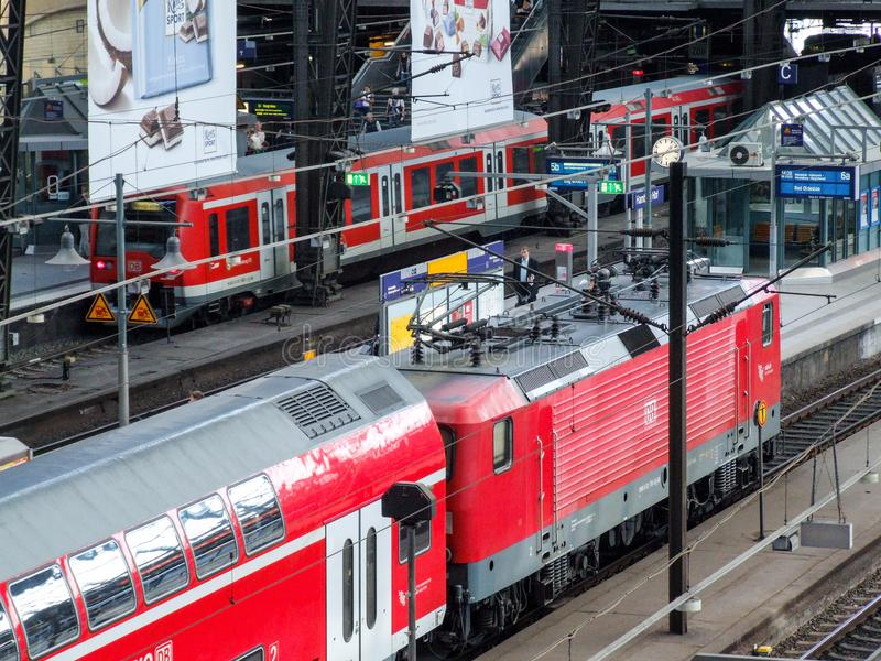 Конец-вверх на региональном поезде в стержне рельса Гамбурга центральном стоковые изображения