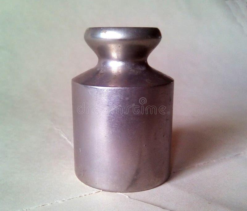 Конец-вверх небольшого веса металла для масштабов Светлый серебряный металл на светлой предпосылке стоковые изображения