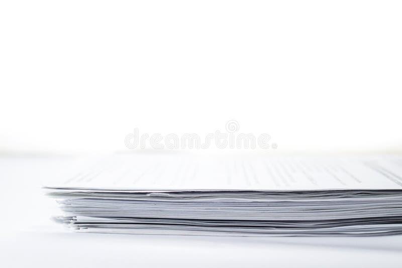 Конец-вверх небольшой стог бумаг на белой предпосылке с космосом экземпляра, выборочным фокусом стоковое изображение
