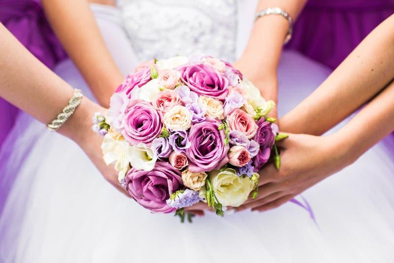 Конец-вверх невесты и ее держать bridesmaids стоковое изображение
