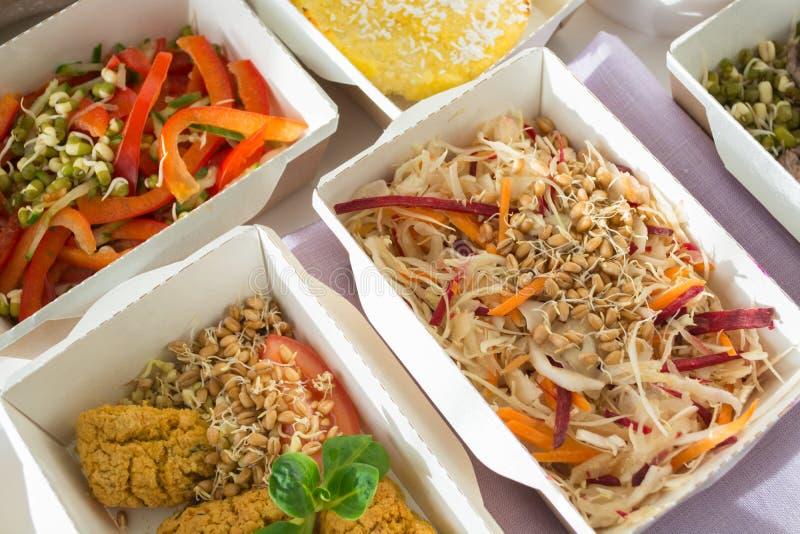 Конец-вверх некоторого из здорового блюда питания Свежая ежедневная поставка ед овощ в коробках ремесла стоковое изображение rf