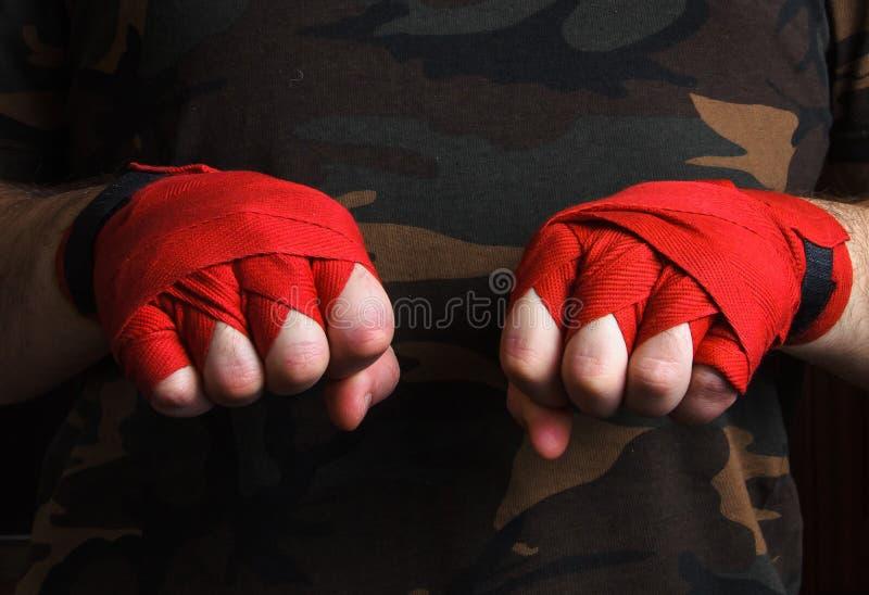 Конец-вверх обручей запястья руки боксера руки перед боем стоковые изображения rf