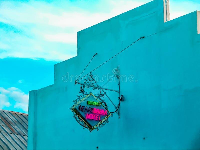 Конец-вверх 12-ое ноября 2009 Key West Флориды ковки чугуна и неоновой вывески - гостиничных номеров большого горя - на фронте би стоковая фотография rf
