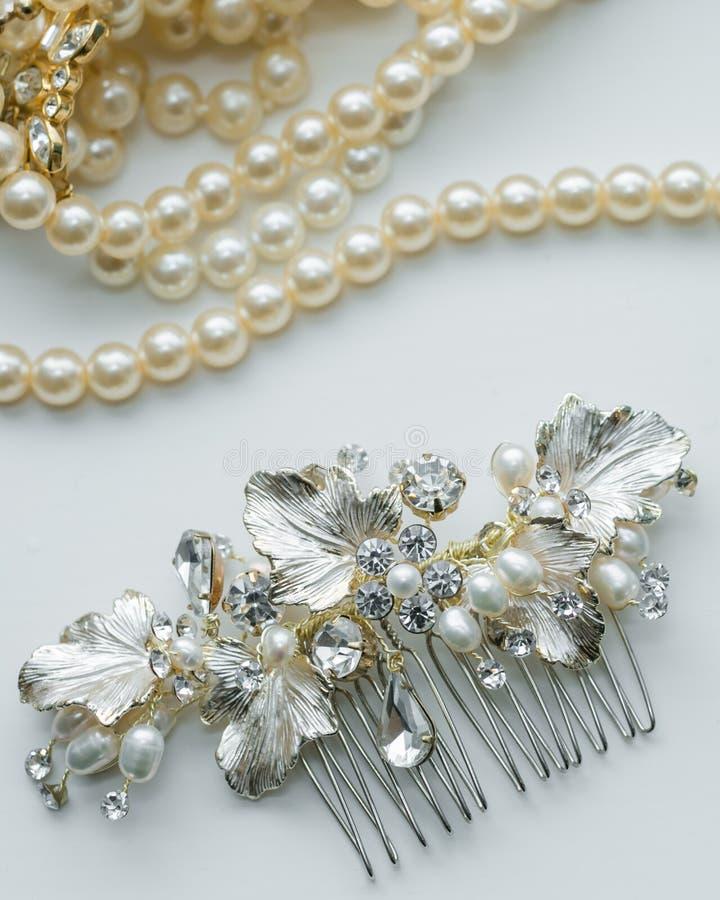 Конец-вверх ожерелья hairpiece и жемчуга дня свадьбы bridal стоковое фото rf