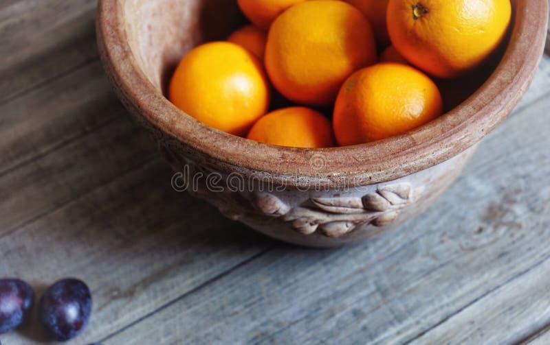 конец-вверх оранжевой еды плодоовощ вазы глины сладостный здоровый стоковые фотографии rf