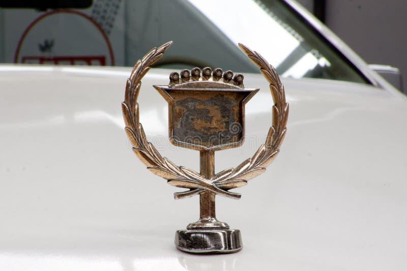 Конец вверх орнамента клобука изображения запаса Eldorado Кадиллака винтажного автомобильного стоковые фотографии rf