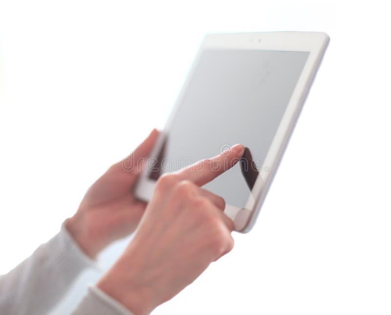 конец вверх отжимать руки ` s женщины на таблетке экрана цифровой фото w стоковая фотография rf