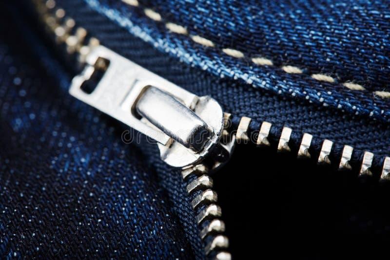Голубые джинсы с застежкой -молнией стоковые изображения rf