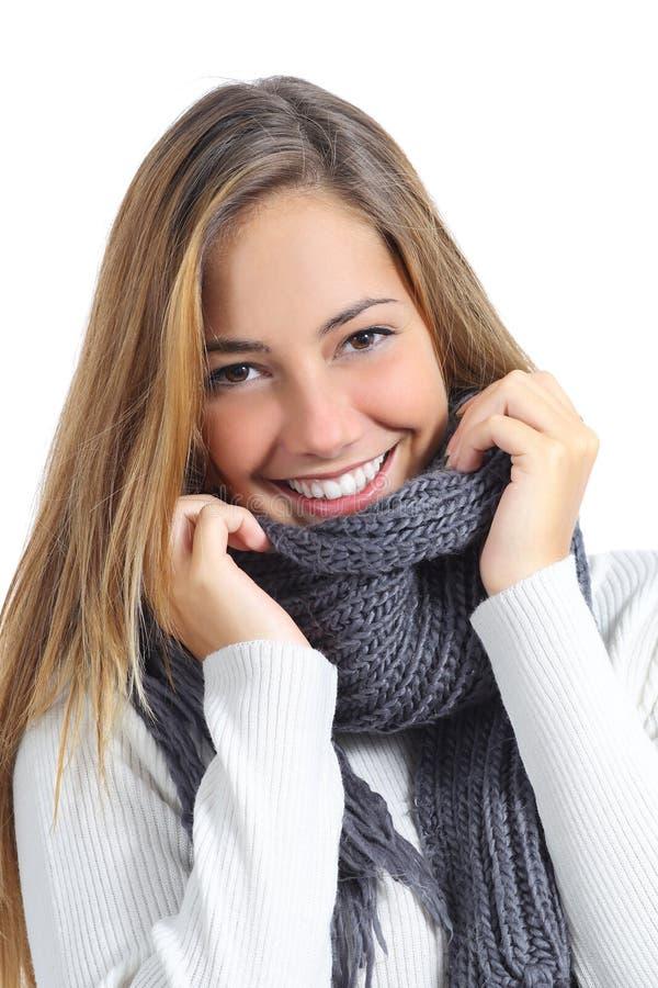 Конец вверх одежды зимы красивой улыбки женщины нося стоковое фото