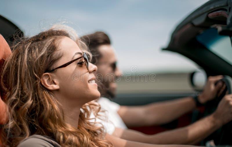 конец вверх пары путешествуя в их обратимом автомобиле стоковое фото
