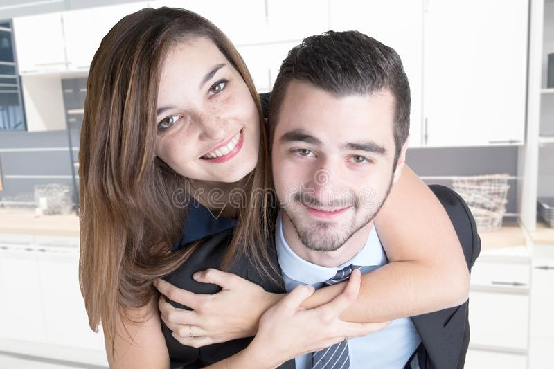 Конец-вверх пар женщины человека усмехаясь в доме кухни в любов стоковое изображение