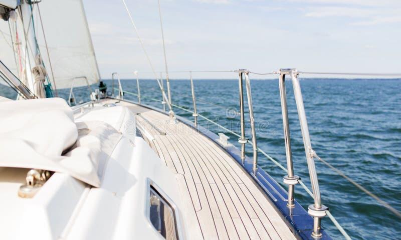 Конец вверх палуба и море парусника или яхты плавания стоковая фотография rf