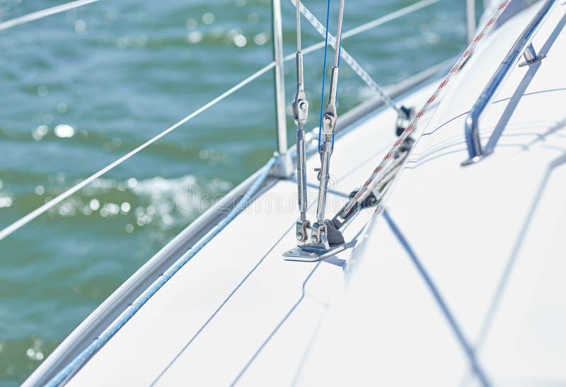 Конец вверх палубы парусника или яхты плавания в море стоковая фотография rf