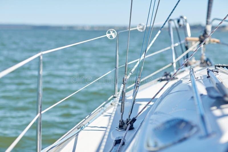 Конец вверх палубы парусника или яхты плавания в море стоковая фотография