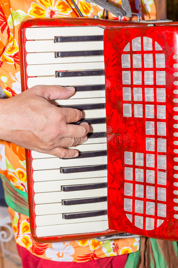 Конец-вверх пальцы музыканта играя красный аккордеон, str стоковая фотография rf