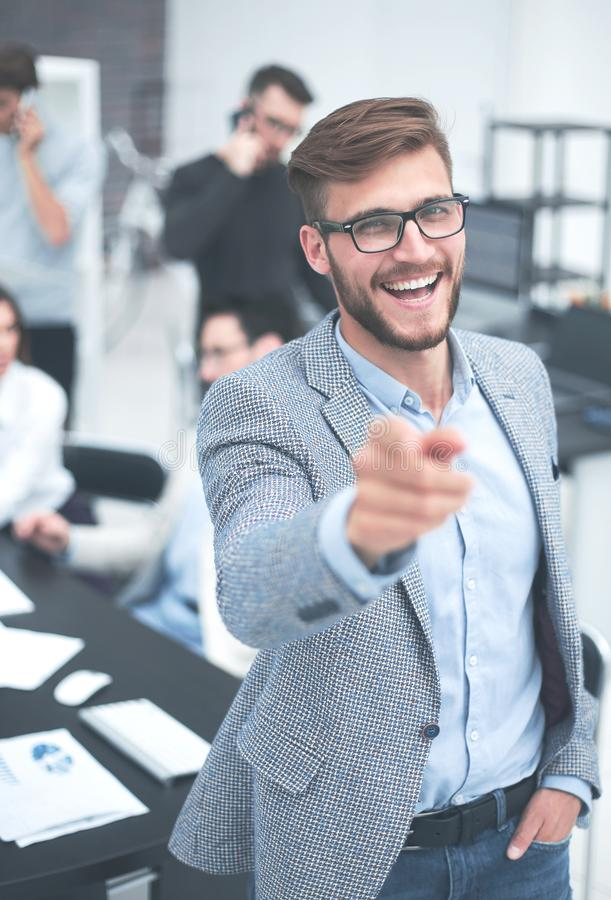 конец вверх перст бизнесмена указывая усмехаться вы стоковые фотографии rf