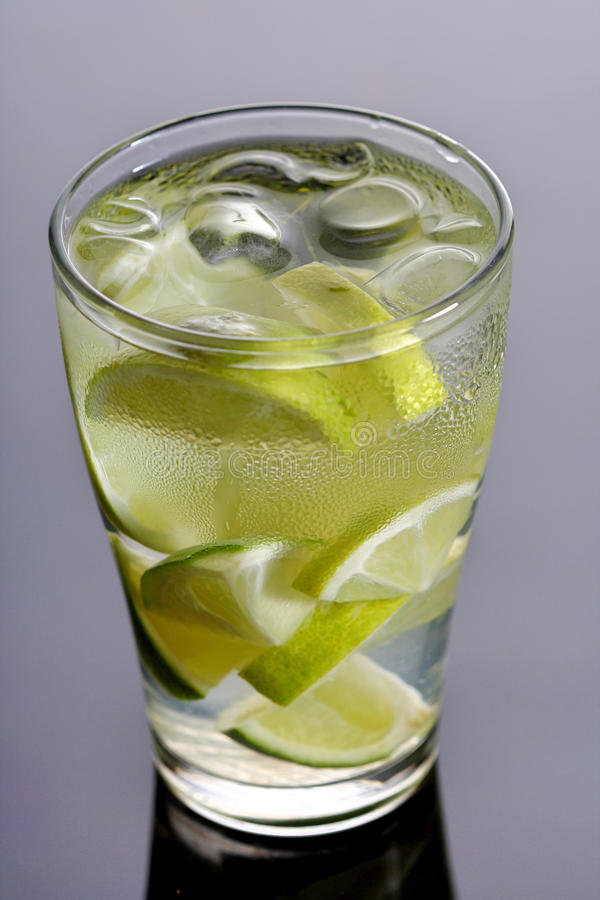 Конец вверх питья лимона с кубами льда стоковые изображения