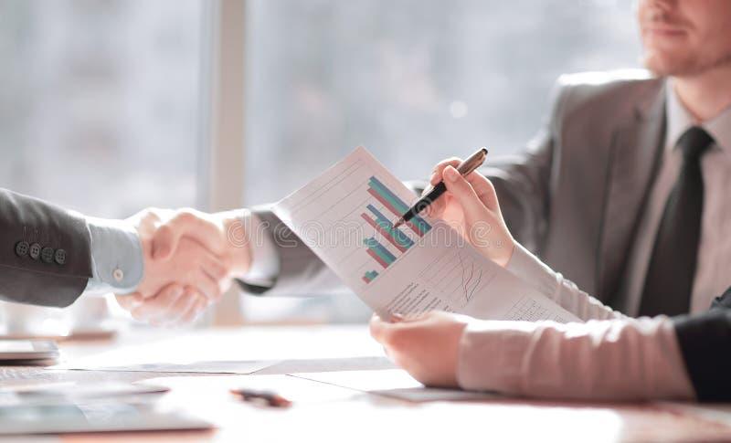 конец вверх план-график финансовых развития и рукопожатия деловых партнеров стоковые фото