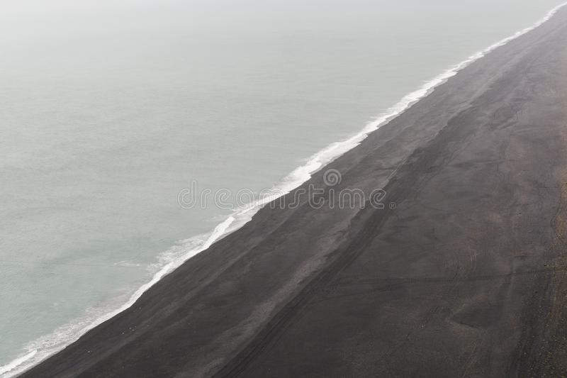 Конец-вверх пляжа песка лавы черноты Solheimafjara, Исландии стоковые фото