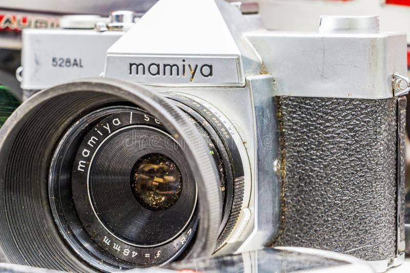Конец-вверх подержанного AL Mamiya 528 камеры, который подвергли действию для продажи на блошинного воскресенья в Dimitrovgrad, Б стоковое фото