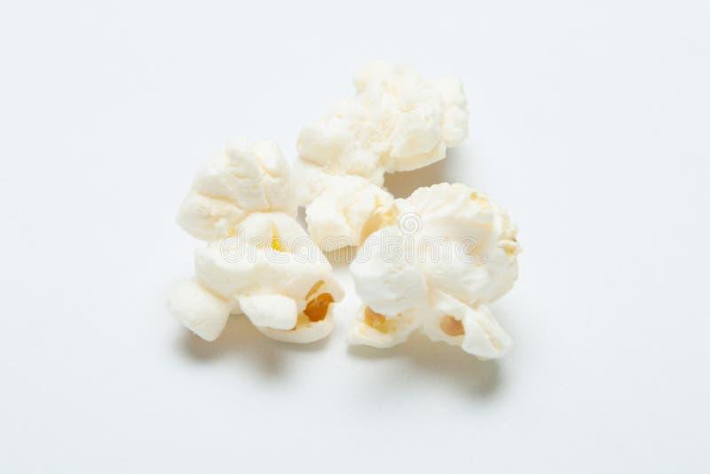Конец-вверх, попкорн на белой предпосылке стоковое изображение rf