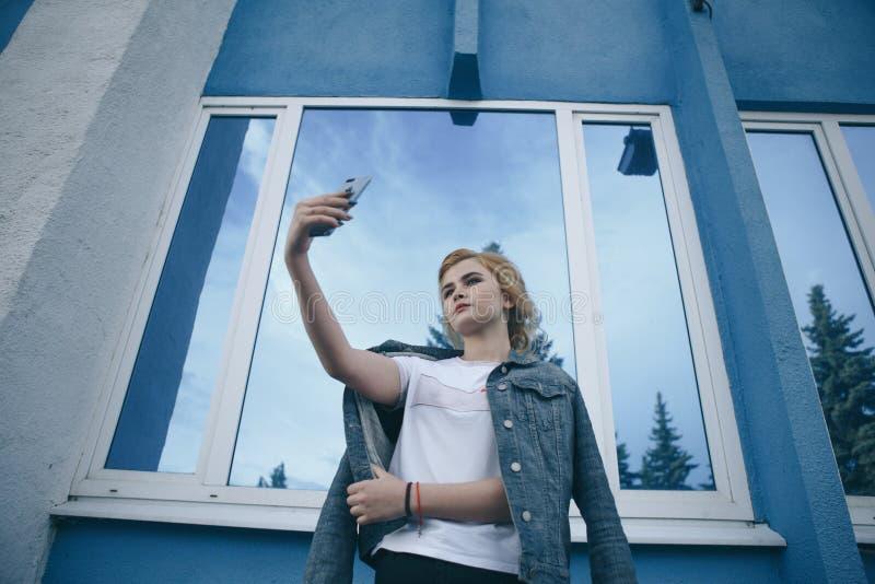 Конец-вверх портрета стиля улицы моды красивой девушки в случайном обмундировании идя вокруг города белизна изолированная девушко стоковые фото