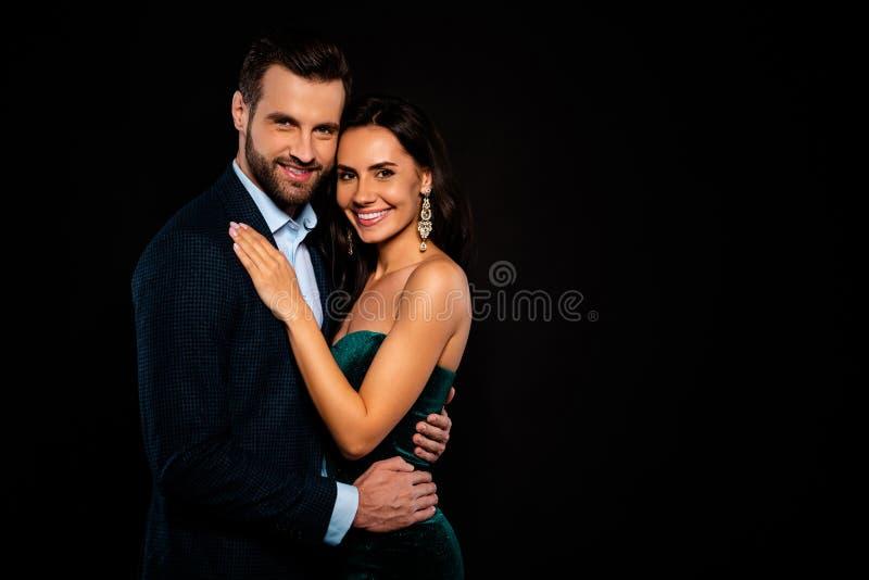 Конец вверх по бортовому фото профиля красивому она ее серьги жены он он его Госпожа г-н талия супруга женатых рук супруга тонкая стоковое изображение rf