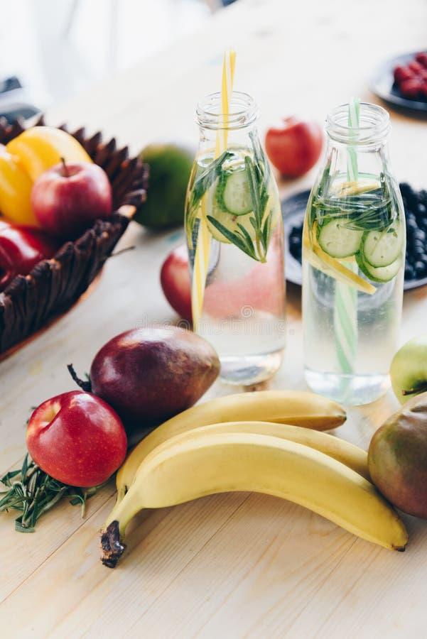 конец вверх по взгляду домодельного вытрезвителя выпивает с цитрусом, частями огурца и свежими фруктами стоковое изображение rf