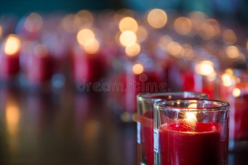 Конец вверх по выборочной целевой группе красных свечей для делать заслугу в китайском виске, китайский фестиваль Нового Года дел стоковое изображение rf