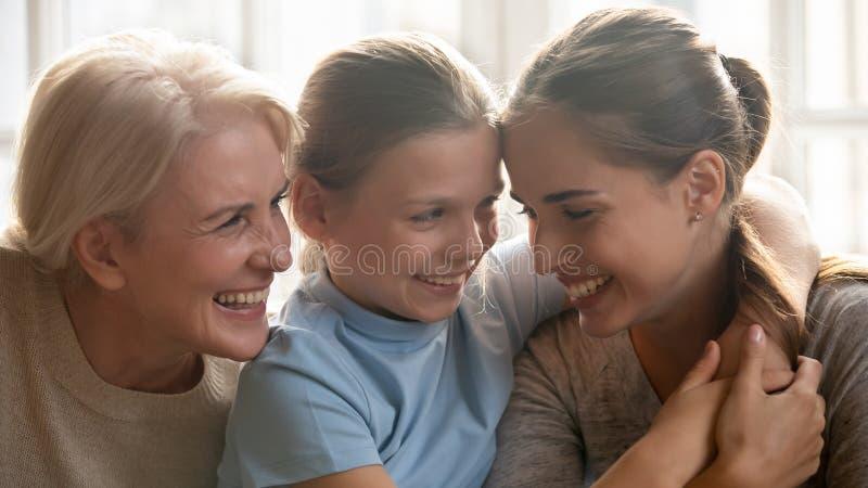 Конец вверх по женщинам различных поколений портрета 3 красивым стоковые фото