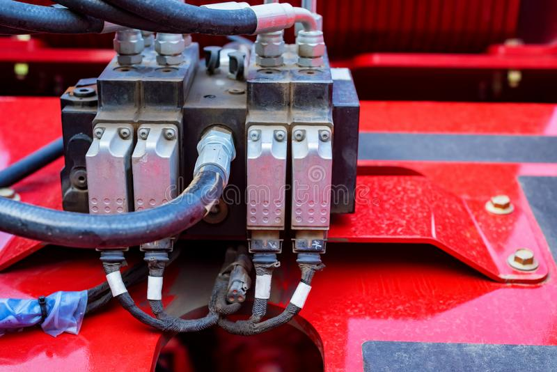 Конец вверх по заминке подъема Гидравлическое оборудование современного трактора стоковые изображения rf