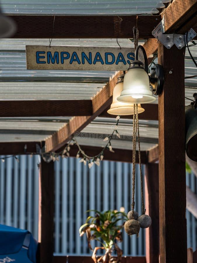 Конец вверх по знаку Empanadas, на открытом воздухе стойке еды закусочной стоковое изображение