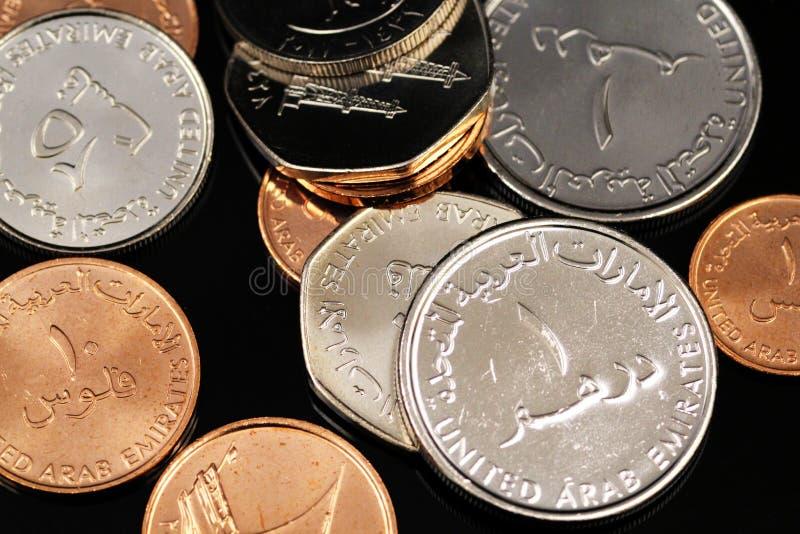 Конец вверх по изображению монеток от Объениненных Арабских Эмиратов на черной предпосылке стоковая фотография rf
