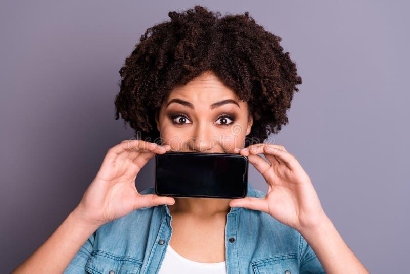 Конец вверх по изумительному фото красивое она ее темные руки оружия дамы кожи держит телефон умный рот тайника телефона в стиле  стоковые изображения rf