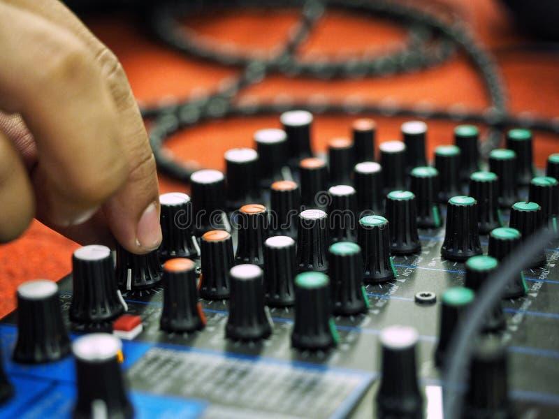 Конец вверх по кнопке точения с подручника человека ядровой аппаратуры регулирования стоковые изображения
