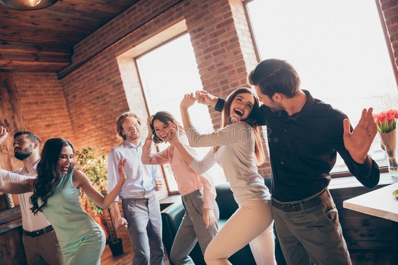 Конец вверх по лучшим другам любовников любов фото первоклассным сход висит вне танцуя пьяный день рождения поет песням певицы ее стоковые изображения rf