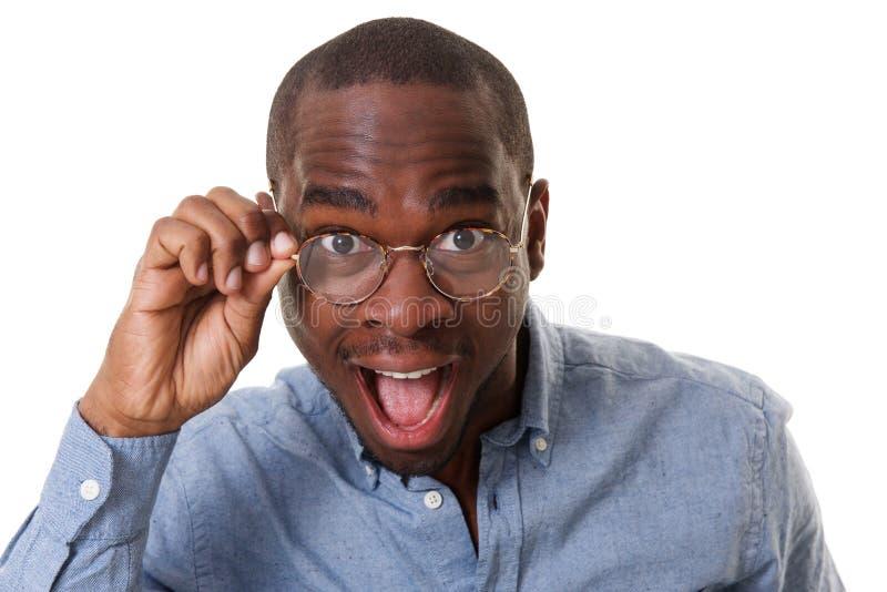 Конец вверх по молодому черному бизнесмену со стеклами и удивленным выражением стоковое фото rf