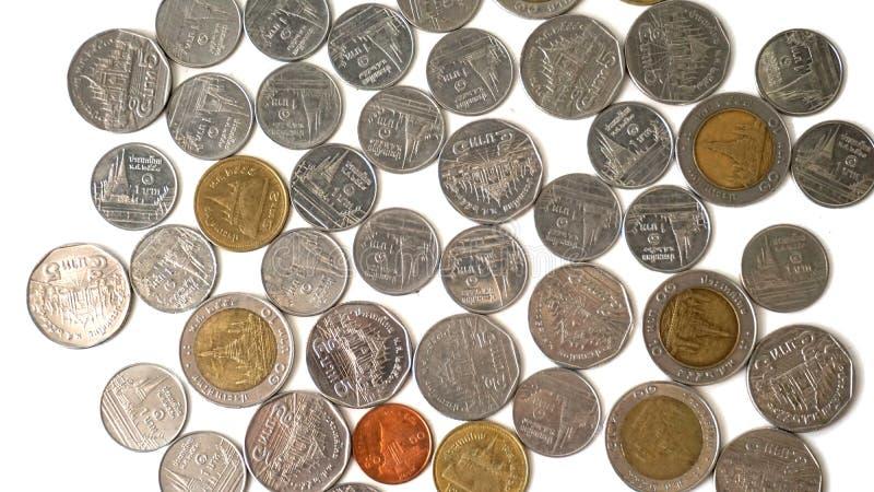 Конец вверх по монеткам тайского бата на белой таблице стоковая фотография