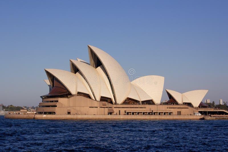 Конец вверх по оперному театру Сиднея во время времени захода солнца мульти-ve стоковая фотография