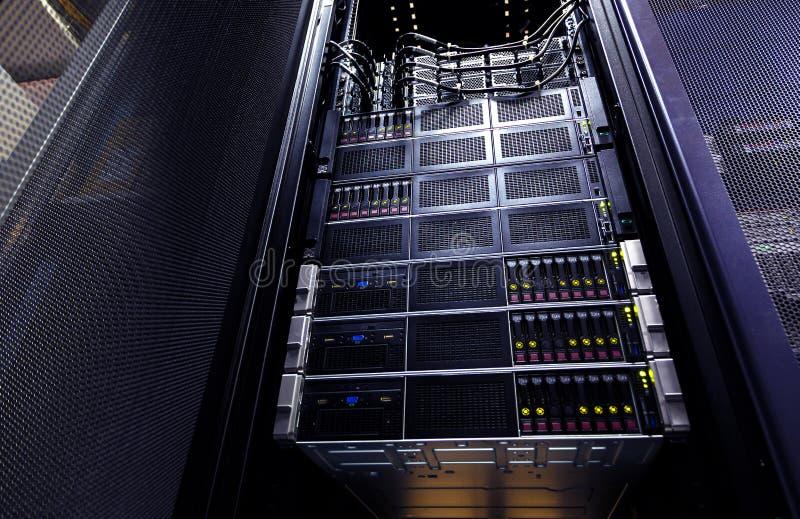 Конец вверх по панели системы хранения облака современной с жесткими дисками Группа шкафа детали внутренняя в центре данных стоковые фотографии rf